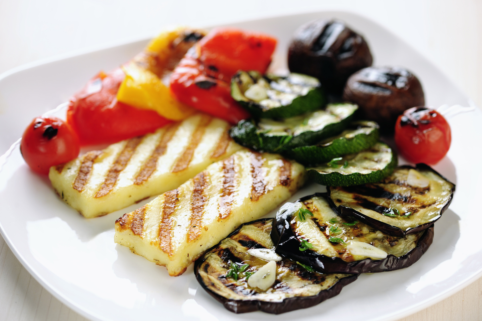 Grillowany ser halloumi z warzywami